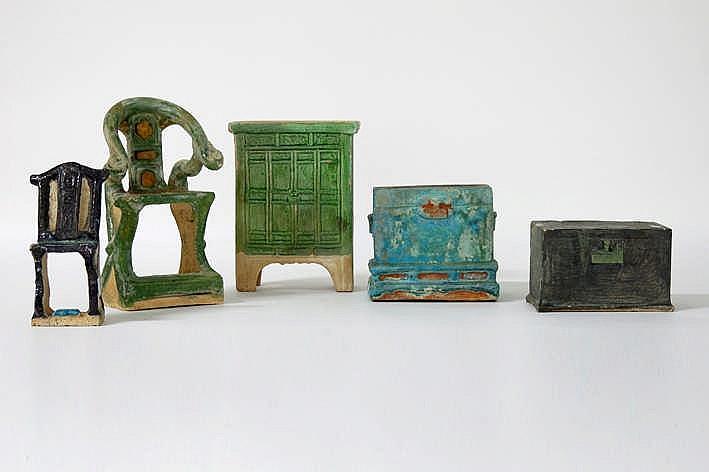 CHINA - MING-DYNASTIE (1467 - 1644) lot van vijf grafvondsten in typisch groen geglazuurd aardewerk en met plezante vormgeving : een grotere en kleinere stoel een kastje en twee kistjes - hoogtes van 8 5 tot 22 cm - dergelijke objecten werden