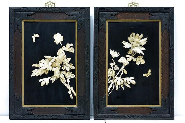 Lot met een paar antieke Chinese panelen in zwarte lak met geïncrusteerde bloemen- en vlinderdecor in ivoor - telkens met een mooie Chinese kader - 58 x 41 5