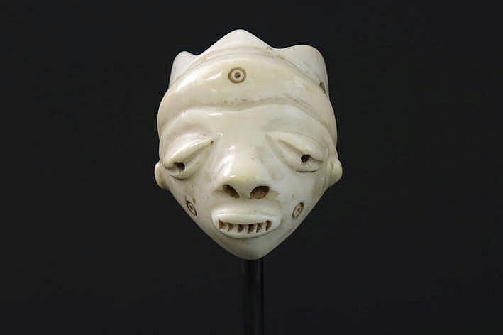 AFRIKA/KONGO mooi klein amulet van de 'Pende Ikhoko' in de vorm van een masker in ivoor met menselijk gelaat met klassieke trekken bekroond met 3 punten - hoogte : 5 9cm uit Belgische collectie ref : 'White gold Black hand' van Marc Felix