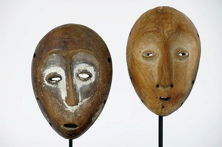 AFRIKA/KONGO twee 'Lega'-maskers met typische hartvorm in mooi gepatineerd hout met restanten van kaolin - hoogte : 14 9 en 14 4 cm - telkens gemonteerd uit Belgische collecie (Oostende) ref : 'Art of the Lega' - Fowler Museum (Uccla)