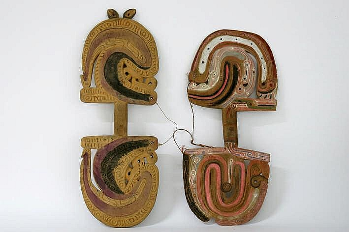 PAPOEASIE NIEUW - GUINEA - TROBIAND-EILANDEN lot van twee ceremoniële danspeddels in gesculpteerd hout met karakteristieke vormentaal en originele polychromie - hoogtes : 58 en 65 cm