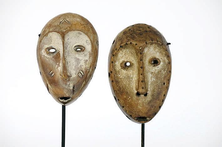 AFRIKA/KONGO twee 'Lega'-maskers met typische hartvorm in mooi gepatineerd hout met restanten van kaolin - hoogte : 14 2 en 13 5 cm - telkens gemonteerd uit Belgische collecie (oostende) ref : 'Art of the Lega' - Fowler Museum (Uccla)
