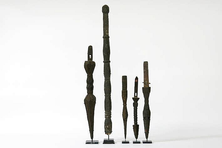 NEPAL - 19°/20° EEUW lot (5) van vier zgn 'phurba' (ceremoniële dolk) en één aanwijsstok van een sjamaan met de voorstelling van een hand en een gelaat - in hout - hoogte : van 34 tot 73 cm - telkens gemonteerd