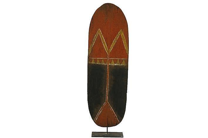 PAPOEASIE NIEUW - GUINEA / WESTELIJKE HOOGLANDEN oorlogsschild uit 'Mount Hagen' in hout met originele polychromie - de greep in rotan is verdwenen - hoogte : 143 5 cm - gemonteerd in situ gecollecteerd tussen 1962 & 1964 uit de vroegere van N.