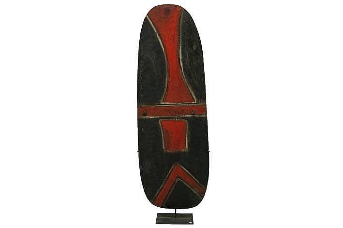 PAPOEASIE NIEUW - GUINEA / ZUIDELIJKE HOOGLANDEN oorlogsschild van de 'Mendi' in hout met originele polychromie en met greep in rotan - hoogte : 137 cm - gemonteerd in situ gecollecteerd tussen 1962 & 1964 uit de vroegere van Nicolas Michoutouchkine