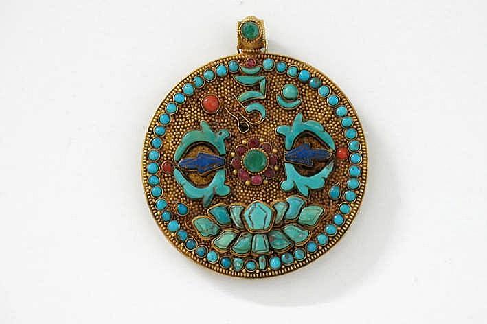 Zeer fijn uitgewerkte ronde Tibetaanse pendatief in geelgoud (22 karaat) bezet met turkoois lapis lazuli koraal robijn en smaragd - bovenaan een lotustroon vind je een typische 'vajra' - diameter : 6 cm - gewicht : ca 36 gram