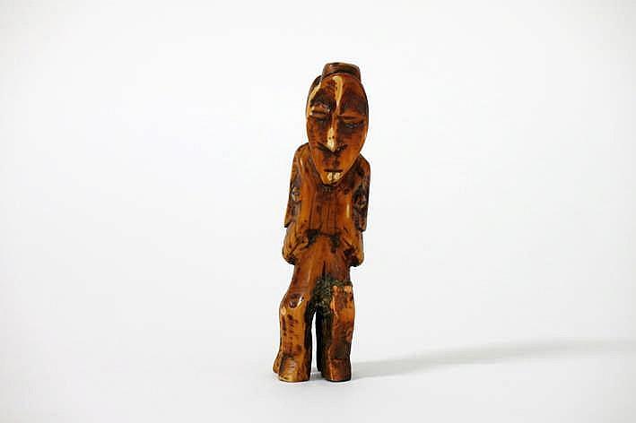 AFRIKA/KONGO kleine sculptuur in ivoor met prachtige ouderdoms- en gebruikspatine in de vorm van een dubbel (bicefaal) hoofd gedragen op een vrij hoge sokkel die bij de 'Bwami' - geïnitieerden een olifantenvoet evoceerde de typisch hartvormige