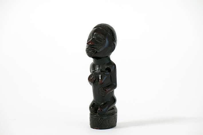 AFRIKA - KONGO - 20ste EEUW oude kop van een scepter van een 'Bakongo'-hoofdman in zeer mooi gepatineerd hout met de voorstelling van een vrouwelijke figuur met ondermeer de klassieke haartooi en scarificaties - hoogte : 8 6 cm uit een Belgische