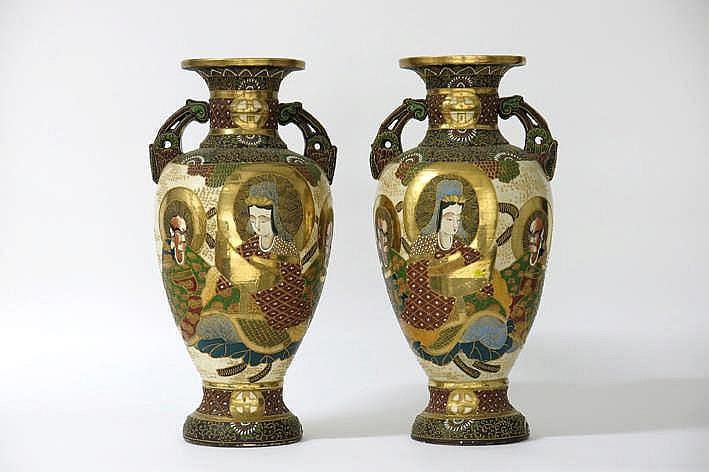 Lot met een paar Japanse vazen met grepen in Satsuma-faiënce - hoogte : 53 cm