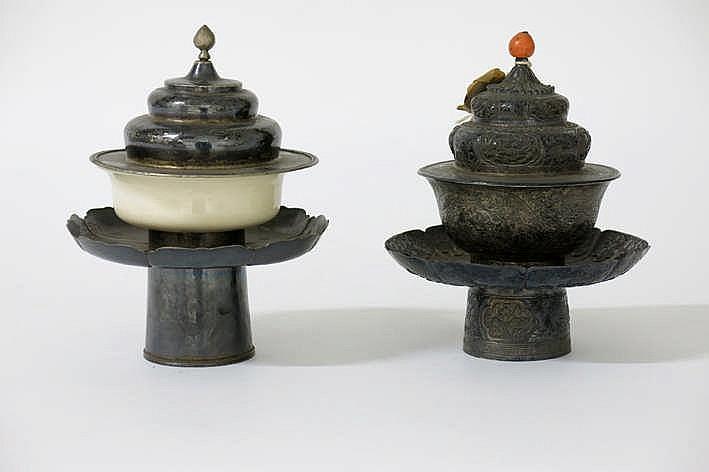 Lot van twee Tibetaanse theesets in zilver telkens met tas (één ervan is in faience) met deksel (één met greepje in bloedkoraal) en tazza - hoogte : telkens 16 cm