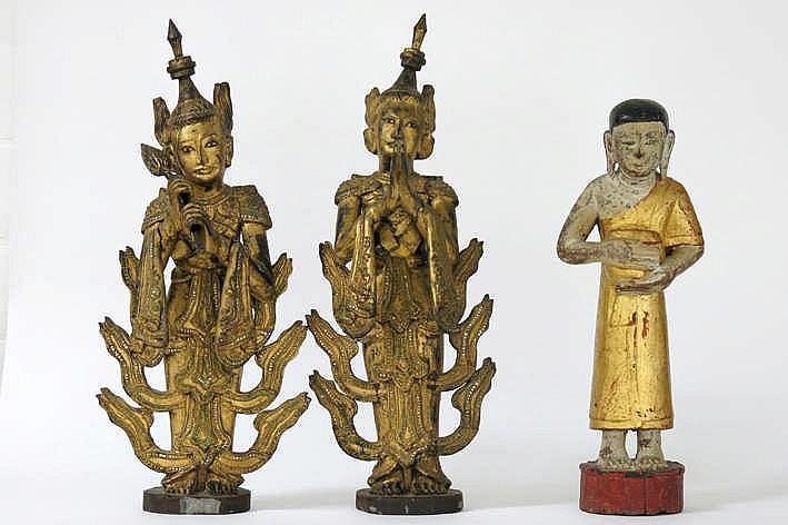 Lot met een Thaisse sculptuur in gepolychromeerd hout :