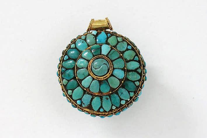 Superb Tibetaanse ronde pendant in geelgoud (ca. 22 karaat) bezet met turkoois - diameter : 4 cm - gewicht : 36 gram
