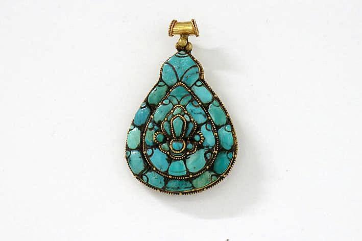 Tibetaanse peervormige pendant in geelgoud (ca. 22 karaat) bezet met turkoois - 5 x 4 cm - gewicht : 23 3 gram