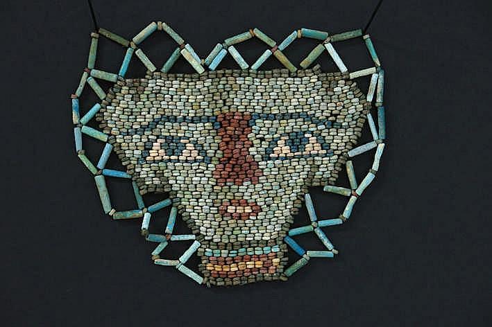 OUD-EGYPTE - PTOLEMAÏSCHE PERIODE (3° tot 1° EEUW BC) dodenmasker gemaakt van kralen in gekleurde keramiek met een sterk gestileerd menselijk gelaat die op de kist werden bevestigd - 10 x 13 5 met certificaat van Christophe Varosi
