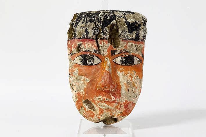 OUD-EGYPTISCHE RIJK - XXVI tot XXX° dynastie (672 - 343 BC) grafvondst : dodenmasker in hout met mooie beschildering in rood en zwart - 24 5 x 16 5 - dergelijke maskers werden op de kist gelegd
