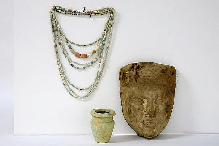 OUD-EGYPTE - XXVI tot XXXste dynastie (672 - 343 BC) lot grafvondsten : - een dodenmasker in hout met restanten van de originele polychromie - een zalfpotje met konische vorm in aardewerk met op de rand blauwe beschildering en met restanten van blauw