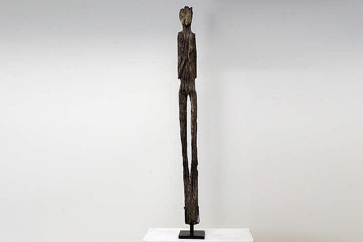 INDONESIË / NOORD-BORNEO - WAARSCHIJNLIJK VROEG 20° EEUW grote sjamanistische sculptuur in ijzerhout met natuurlijke erosie en met sterk gestileerde antropomorfe vorm - hoogte : 182 cm - gemonteerd - dergelijke beelden dienden als beschermer van
