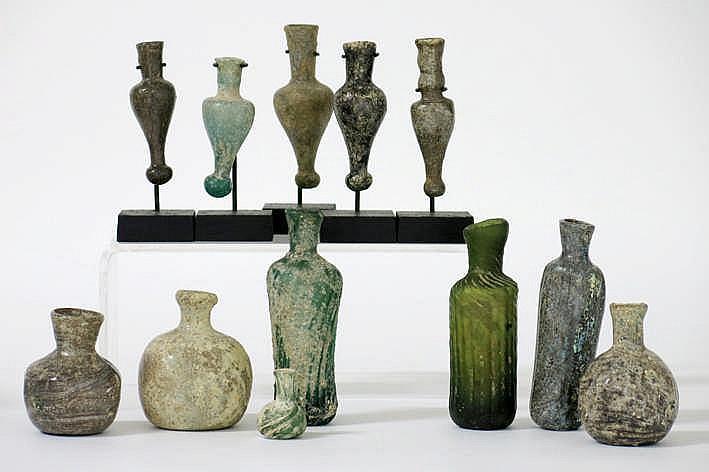 OUD-PERZIË collectie van 12 stuks Islamitisch gekleurd glas met mooie irisatie : - vier bolvormige - hoogte : van 3 tot 6 cm - drie cilindrische amfoorvormige met ribstructuur - hoogte : ca 9 5 cm - vijf amfoorvormige met ribstructuur - hoogte : van