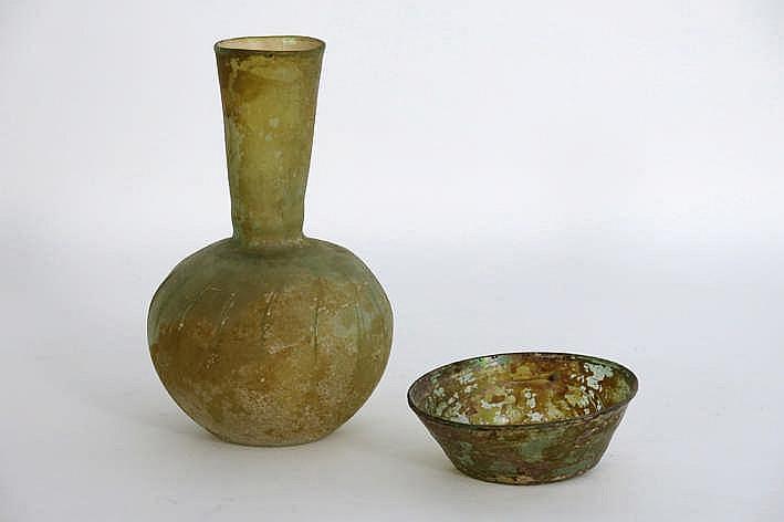 Lot van twee archeologische vondsten (uit Perzië) in geïriseerd glas buikvaas (hoogte : 26 cm) en kommetje (diameter : 14 cm) - van voor 1920 in België