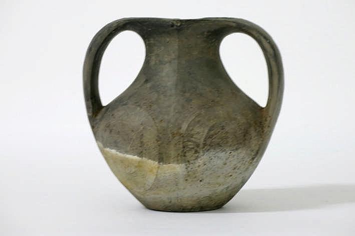 CHINA - HAN-DYNASTIE (220 BC - 206) grafvondst in grijs aardewerk : een kruik met twee platte oren - hoogte : 17 cm