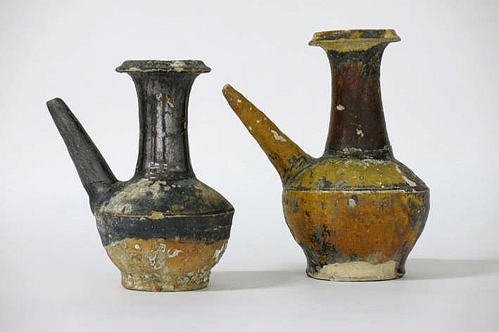 CHINA - HAN-DYNASTIE (206 BC - 220) lot met twee grafvondsten in aardewerk met restanten van de originele polychromie : kruiken (voor olie wijn of graan) met typische teut en bovenboord - hoogte : 16 5 en 18 5 cm