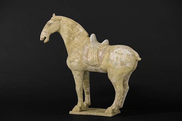 CHINA - TANG-DYNASTIE (618 - 906) grafvondst in aardewerk met restanten van de originele polychromie :