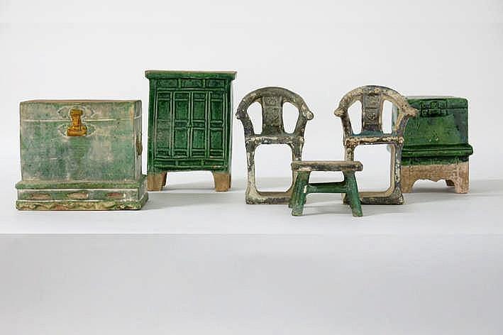 CHINA - MING-DYNASTIE (1467 - 1644) lot van zes grafvondsten in typisch groen geglazuurd aardewerk en met plezante vormgeving : twee stoetjesl een kastje een tafeltje en twee kistjes (één op poten) - hoogtes van 5 tot 17 5 cm - dergelijke objecten