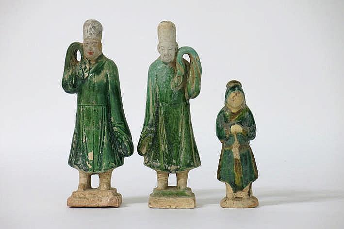 CHINA - MING-DYNASTIE (1467 - 1644) lot van drie grafvondsten in typisch groen geglazuurd aardewerk :