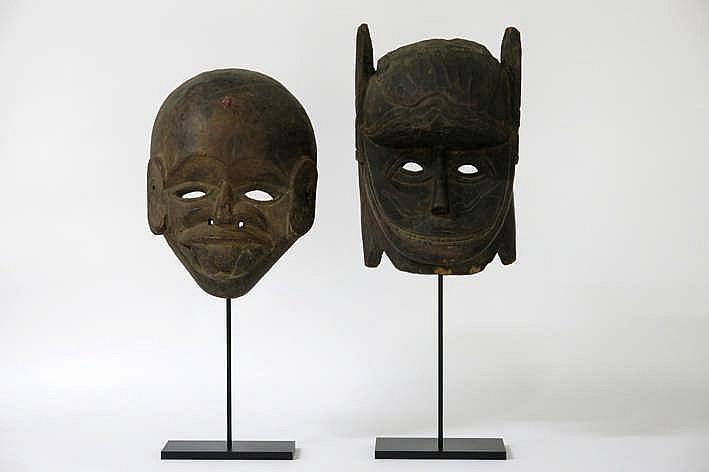 WEST-NEPAL/TERRAI-GEBIED - 20° EEUW lot van twee maskers in hout telkens met het gelaat van Hanuman - hoogtes : 35 en 28 cm - telkens gemonteerd