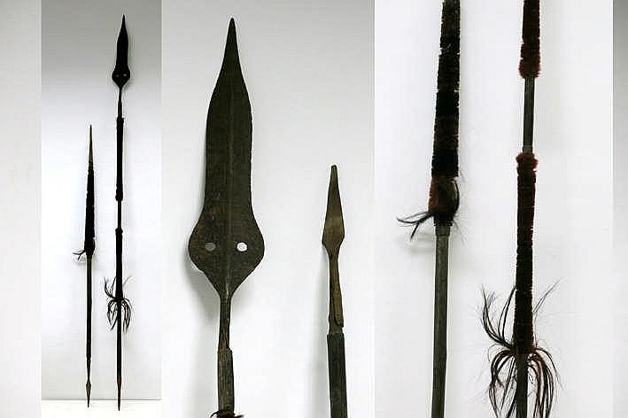 BIRMA - NAGALAND lot van twee speren in hout en metaal en versierd met gekleurd geitenhaar - hoogte : 211 en 151 cm