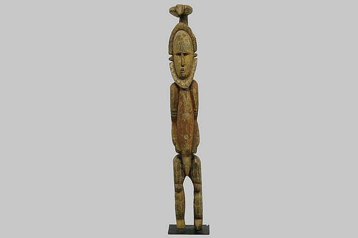 PAPOEASIE NIEUW-GUINEA - MIDDEN 20° EEUW mooie vooroudersculptuur van de Abelam in hout met de typische originele polychromie en met de voorstelling van een man met een vogel op het hoofd - hoogte : 120 cm - gemonteerd uit Franse collectie (Parijs)