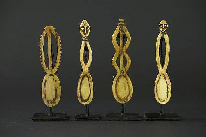 AFRIKA/KONGO - 20° EEUW lot van vier 'Lega'-lepels in ivoor met mooie honingkleurige - en gebruikspatine - gemonteerd uit de Belgische collectie van de familie 'de Saffer' ref :