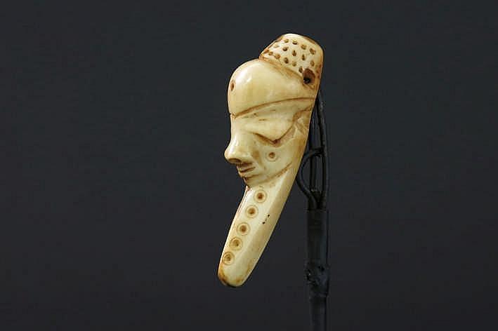 AFRIKA/KONGO zeer mooie 'Pende'-pendatief in fraai gepatineerd ivoor en met de voorstelling van een menselijk gelaat met typische neus en ogen met hoog voorhoofd en met haar en baard met typische ronde incisies - hoogte : 8 cm gemonteerd uit