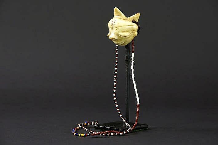 AFRIKA/KONGO mooi klein amulet van de 'Pende Ikhoko' in de vorm van een masker in fraai gepatineerde ivoor met menselijk gelaat met klassieke trekken bekroond met 3 punten - hoogte : 5 4 cm uit Belgische collectie ref : 'White gold Black hand' van