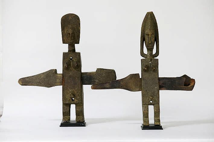 AFRIKA - MALI lot van twee typische 'Bambara' - sloten in hout en in de vrom van staande antropomorfe figuren - hoogte : 51 cm - telkens gemonteerd