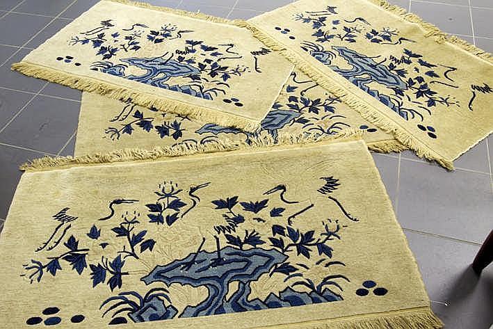 Lot van 4 oude Chinese tapijtjes met een tuindecor met kraanvogels in blauwe tinten op een beige fond - telkens : ca 122 x 63 cm