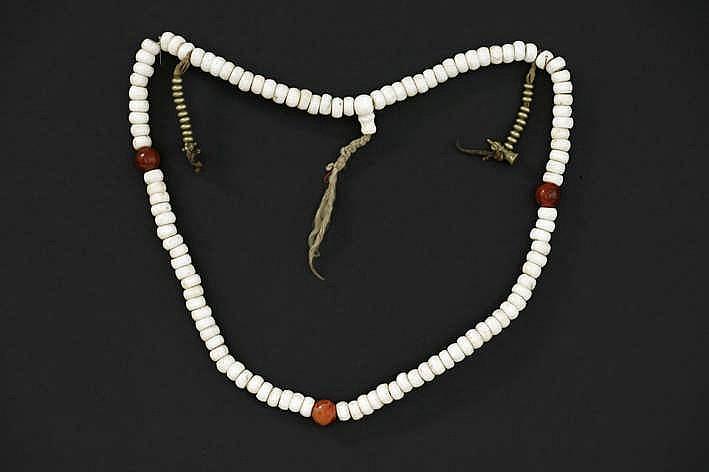 'Antieke' Tibetaanse zogenaamd 'Mala' (collier/gebedssnoer) met kralen in schelp en met bronzen vajra's