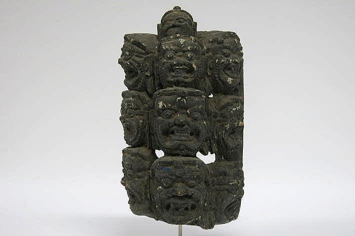 Goed antiek Tibeto-Nepalees boeddhistisch masker in hout met restanten van de originele polychromie en met de voorstelling van 10 gelaten - 41 x 22 5 cm