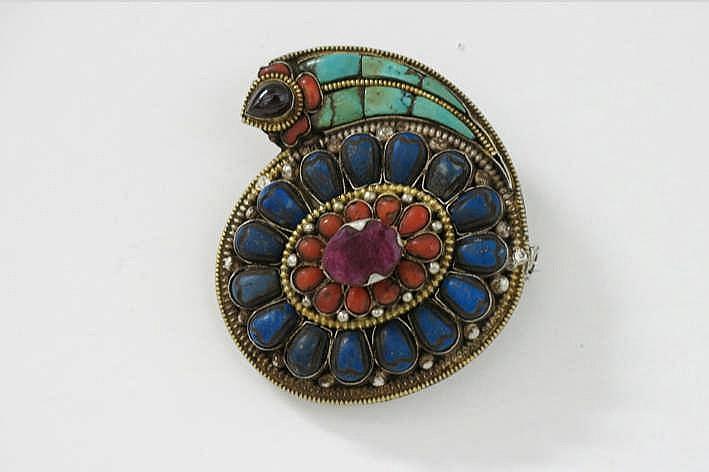 TIBET - ca 1950/60 mooie broche met een apart en zeldzaam schelpvormig design gerealiseerd in vermeil (goud op massief zilver) bezet met lapis lazuli koraal granaat en robijn - 6 x 6 5 cm