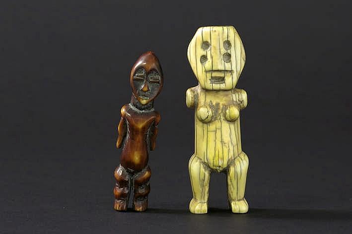 AFRIKA/KONGO 2 (§) kleine sculpturen in ivoor * met een sterk gestileerde voorstelling van een staande vrouw met scarificaties op de buik en hoofd - fraaie ouderdoms en gebruikspatine - hoogte : 9 5 cm * met een gestileerde voorstelling van een