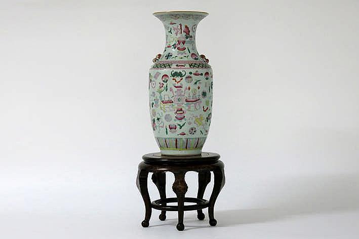 Lot (2) van een antieke Chinese vaas (hoogte : 45 5 cm) met een polychroom decor en een kleine piédestalle met marmeren blad en ingelegd decor