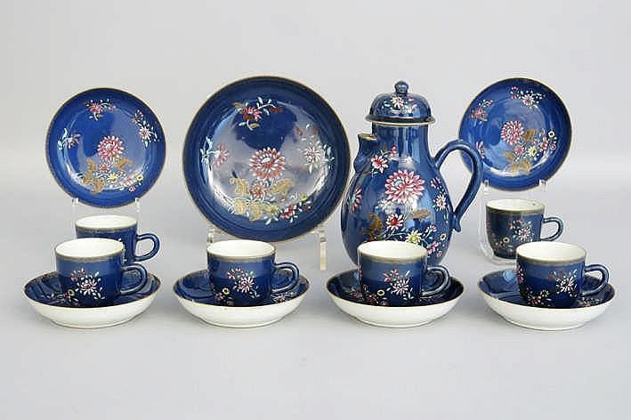 Achttiende eeuws veertiendelig chocoladeservies in Chinees porselein met poederblauw oppervlak en Famille Rose-bloemendecor