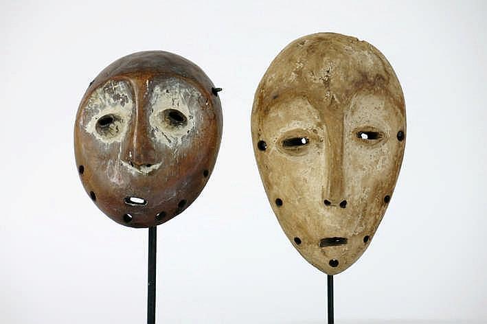 AFRIKA/KONGO - 20° EEUW 2 'Lega'-maskers in hout met restanten van de originele polychromie en met typische hartvorm en amandelvormige ogen - hoogte : 16 en 13 1 cm - telkens gemonteerd uit een Belgische collectie (Oostende) ref :
