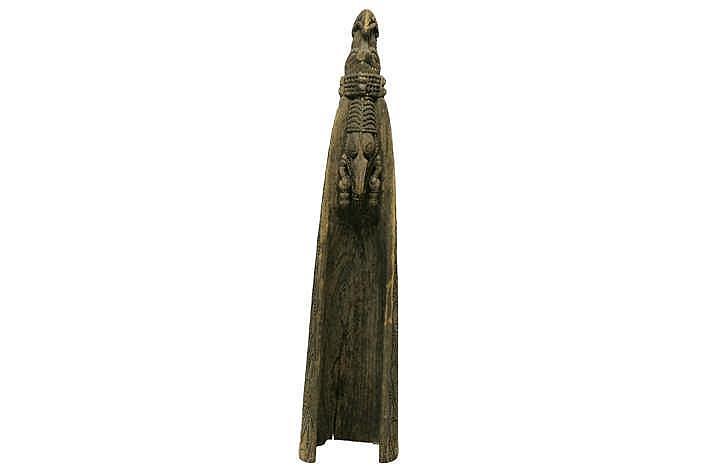 PAPOEASIE NIEUW - GUINEA - GEBIEDEN AAN DE RAMU-RIVIER boeg van een Sepik-kano in hout met typische gesculpteerde ornamentiek met een typisch gelaat met haakneus - hoogte : 167 cm