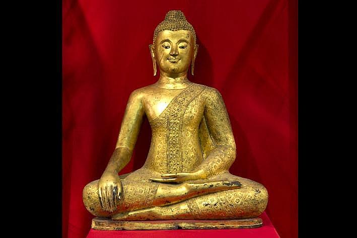 THAILAND - KONINKRIJK CHIANG SAEN - 17°/18° EEUW zeer goede sculptuur in brons met goedbewaarde dorure en met verfijnde detailuitwerking in de gewaden :