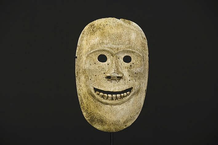 ALASKA/INUIT - 20° EEUW zeldzaam sjamanenmasker in walvissenbeen met een gestileerd menselijk gelaat met open ogen en mond - 15 x 9 2 cm - gemonteerd uit een Engelse collectie ref :