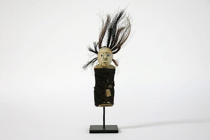 ALASKA/INUIT - 20° EEUW Eskimo-pop of sjamanistisch object/fetisje in been van walvis of rendier met waarschijnlijk rendierharen en kleren van rendierleder - hoogte : 19 cm - gemonteerd uit een Engelse collectie ref :