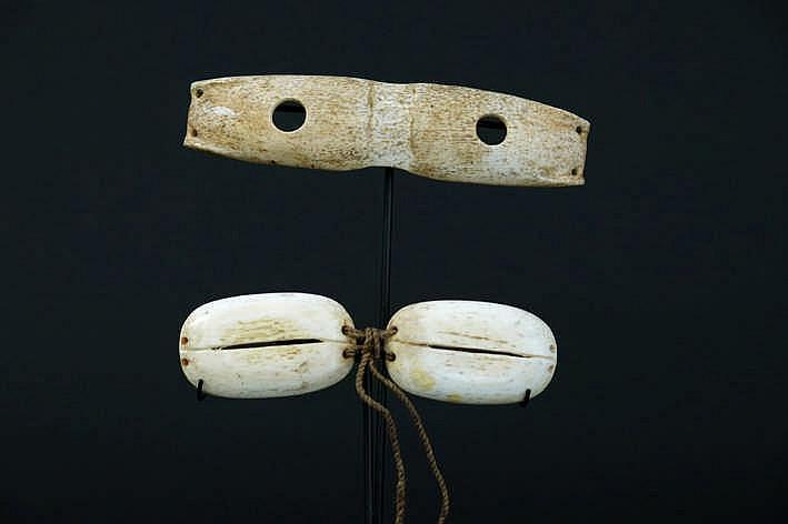 ALASKA/NOORD-WESTELIJKE GEBIEDEN/INUIT - 20° EEUW twee originele Eskimo-'Ikaak'-sneeuwbrillen in walvissenbeen - breedtes : 13 7 en 12 1 cm - gemonteerd uit een Engelse collectie ref :