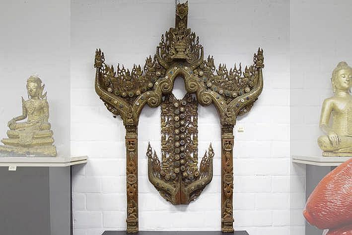 Antiek Thaïs tempelschrijn in gepolychromeerd hout versierd met glasinleg en typische gesculpteerde ornamentiek - met verschillende biddende monniken - hoogte : 191 cm