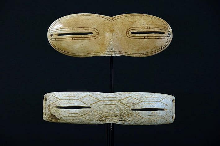 ALASKA/NOORD-WESTELIJKE GEBIEDEN/INUIT - 20° EEUW twee originele Eskimo-'Ikaak'-sneeuwbrillen in walvissenbeen - breedte : ca 13 5 cm - gemonteerd uit een Engelse collectie ref :